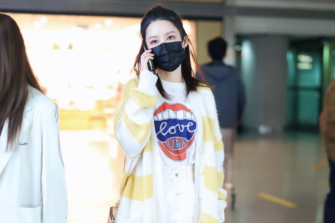 李沁最新机场私服,黄白相间针织衫配印花白T,演绎甜美温柔少女