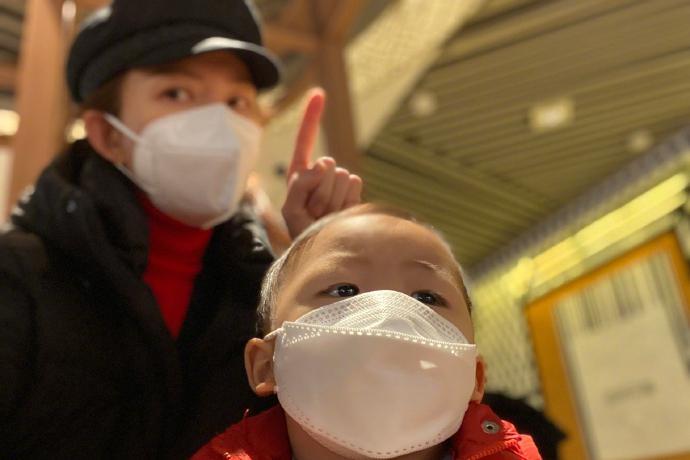 蔡少芬带儿子独自出门玩,母子戴同款口罩,一岁的鱼蛋发量堪忧
