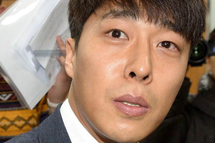 他曾是韩国体坛的英雄男神,因婚内出轨遭唾弃,今落魄缺钱而自杀