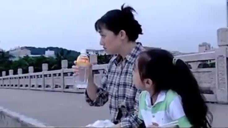 老总开车路过天桥,撞见穷妻和女儿蹲路边啃馒头,画面太心酸
