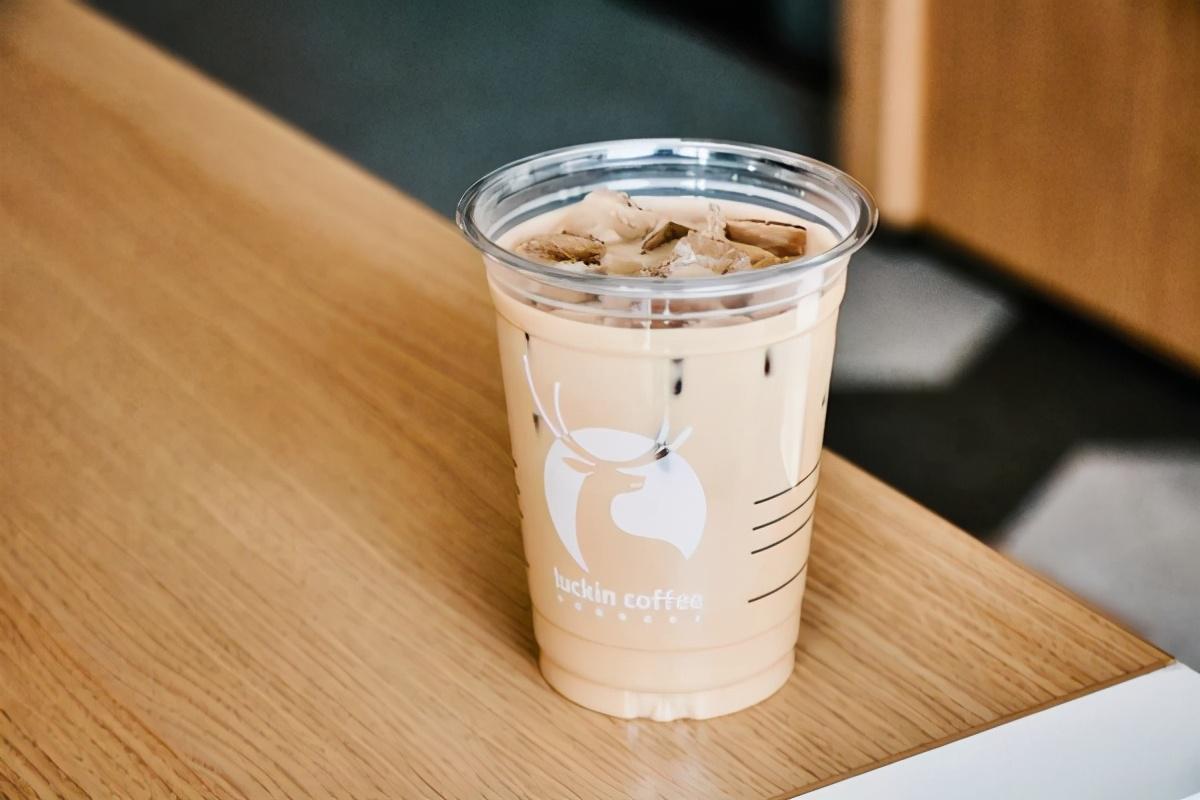 瑞幸新鸳鸯红茶拿铁,现泡红茶+香浓咖啡,一杯尽享