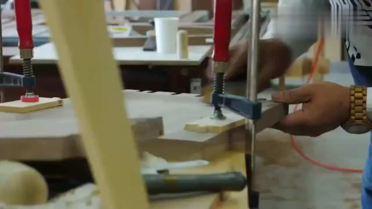 经验丰富的老木匠打造一把实木椅网友看他干活真是太享受了