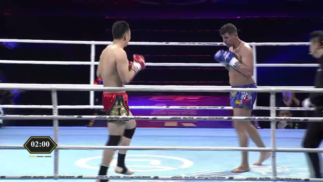 怂了!外国纹身男不敢出击一直往后退,整场比赛被中国硬汉压制