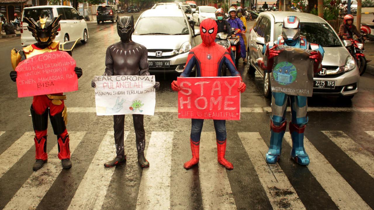 """""""蜘蛛侠""""现身印尼街头蹦跳着宣传防疫 小朋友看得目不转睛"""