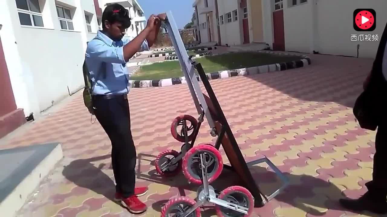 外国小伙发明可以轻松上下楼梯的推车,马上就普及!
