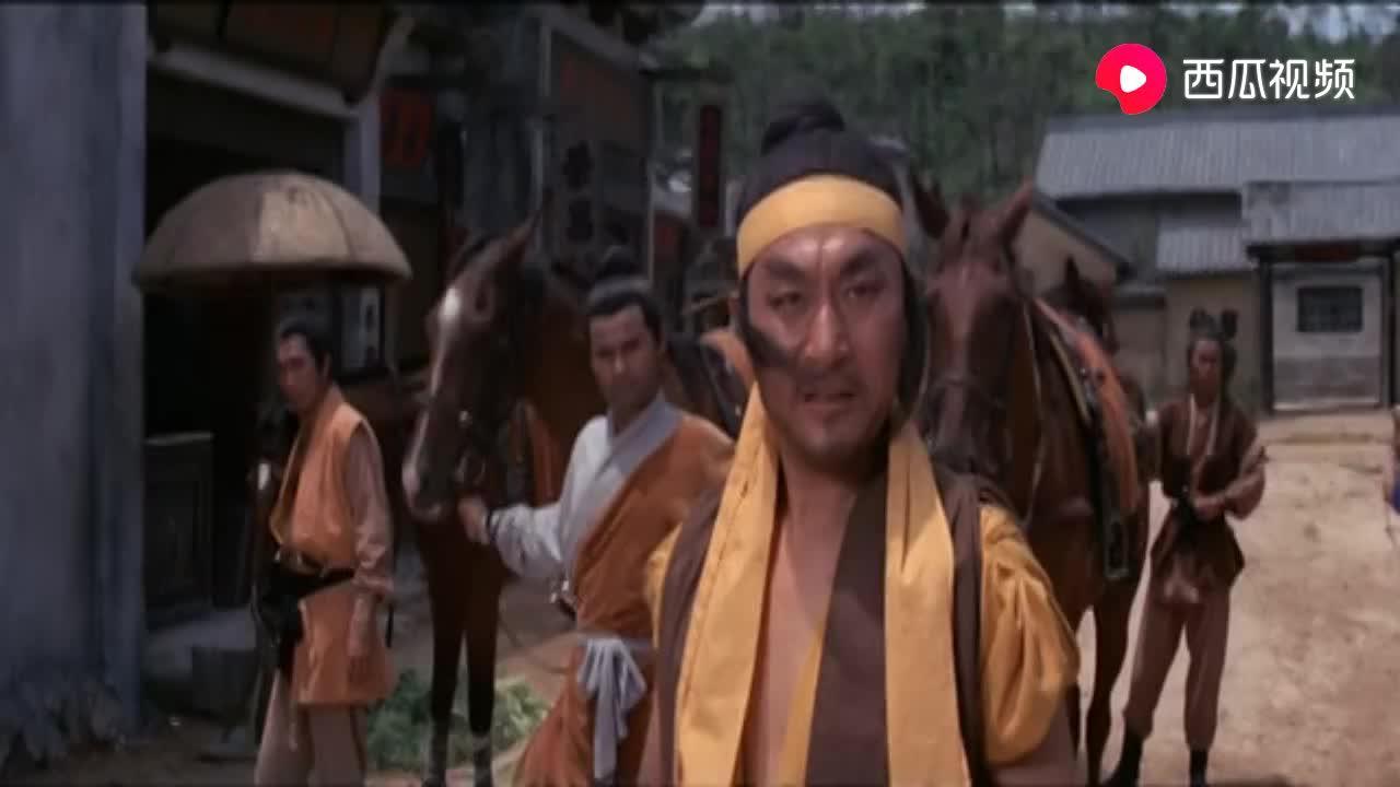 恶霸进城祸害百姓 岂料过路的傻小子是绝世高手 一剑要他命