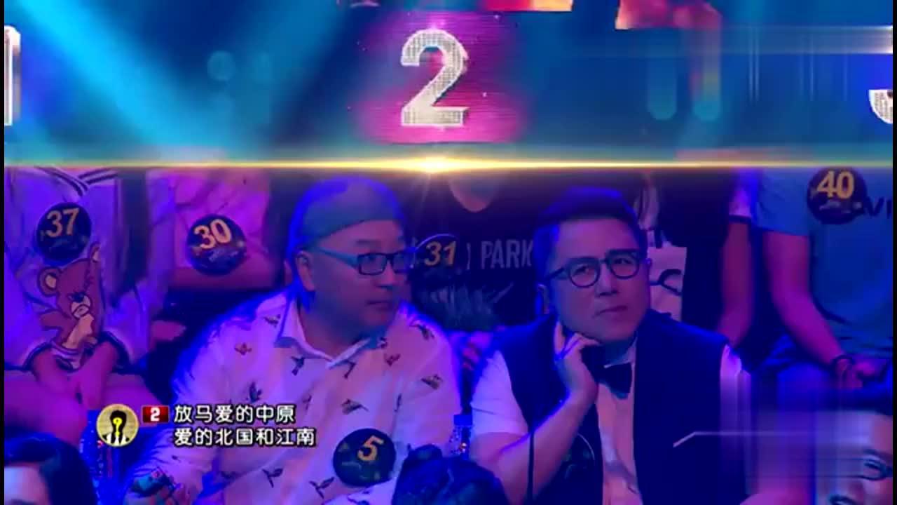大姐模仿韩磊唱歌,评审团竟然没听出她是女的,实在让人太惊讶!