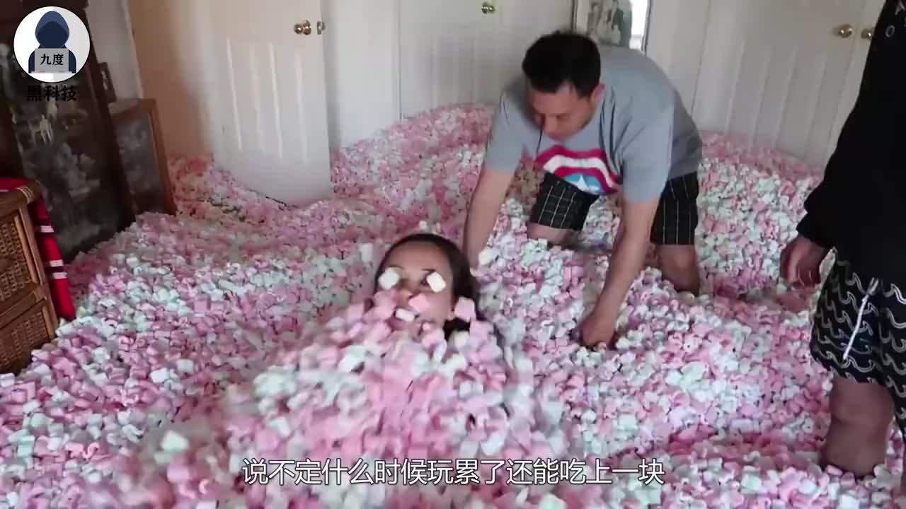 熊孩子用泡沫球铺满姐姐的房间,只能祈祷不被挨揍,真是太皮了!