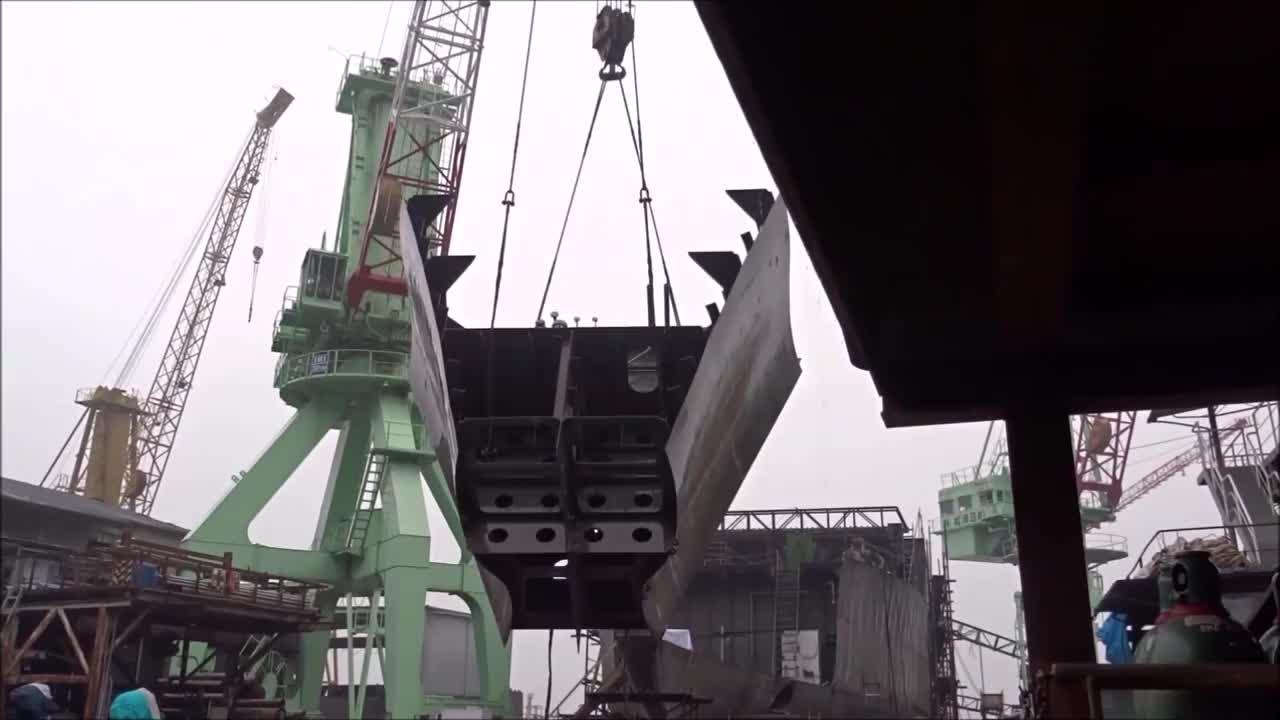 造船厂实拍船体起吊组装,都是这样一段段拼起来的,长见识了