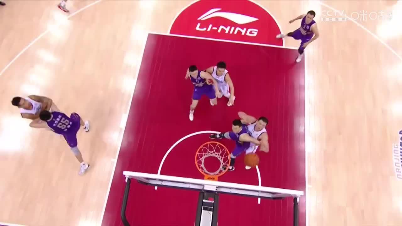 太凶狠!万圣伟和李根拼抢篮板球,竟是他被甩倒在地!