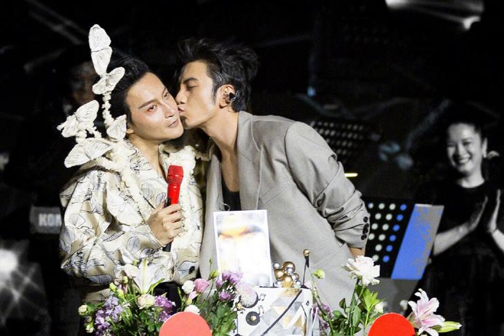 陈志朋庆50岁生日,和同性好友亲脸好亲密,小虎队仅他还开演唱会