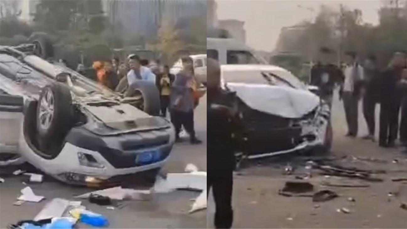 四川犍为县人民医院门口发生车祸 小车四轮朝天翻覆在地