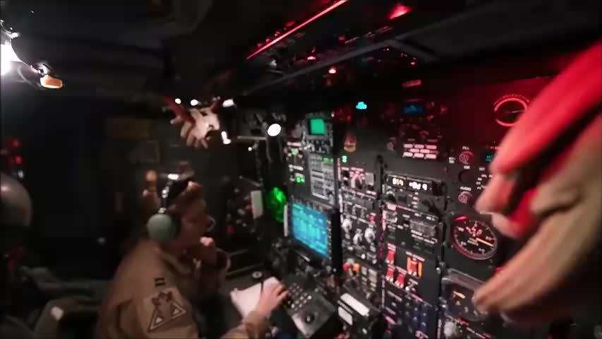 美军展示B-52H轰炸机电子对抗系统操作间