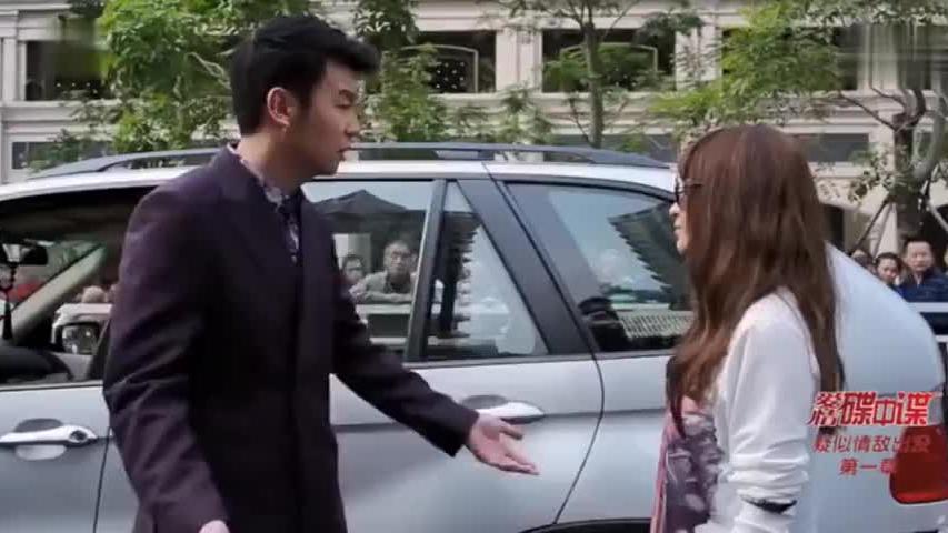 老公开着妻子买的宝马带着美女,妻子一怒之下开车追上去撞宝马