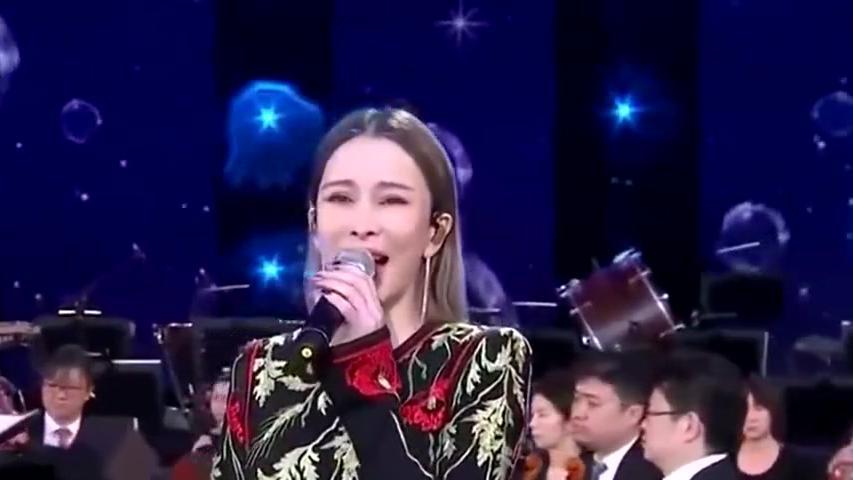 温岚演唱《阿里山的姑娘》,曲调轻快舒适,直接着迷了!
