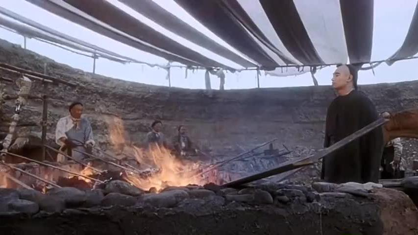 小伙这武功果然厉害,居然能在打铁匠的火炭中行走,佩服