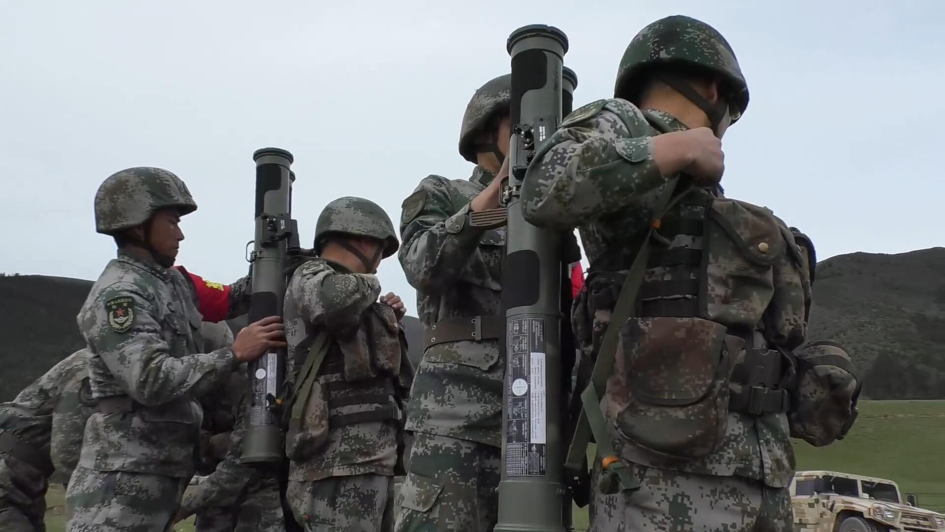 中国陆军实弹射击演练,单兵武器燃爆高原!