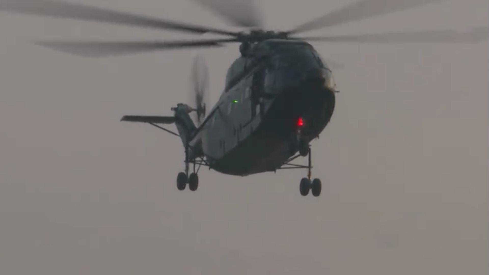武警直升机飞行员空中投篮,网友看完献上了膝盖!