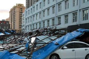 轰,一声巨响!哈尔滨一学校数百平方米房盖被刮落,10余车被砸