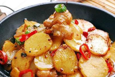 干锅土豆,酥炸鱿鱼圈,尖椒肉丁打卤面,糖醋藕片的做法