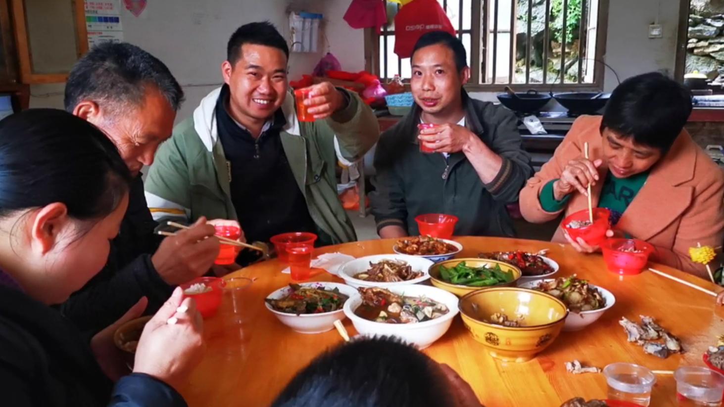 今天老妈54岁生日,小农乡备了2桌菜,和表哥喝了5杯金樱子酒