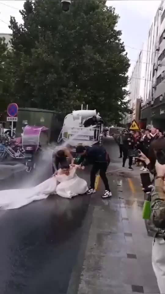 伴郎开来洒水车恶搞婚礼,新娘当场崩溃了!