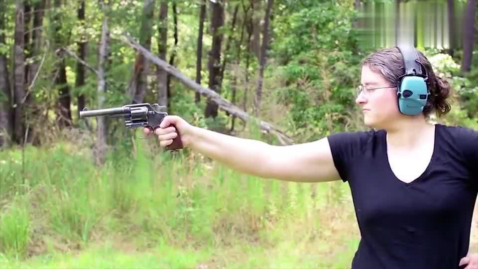 漂亮女子上手柯尔特M1909左轮手枪单手射击真帅气