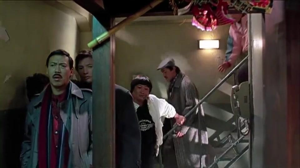 电影福星高照,洪金宝吴耀汉冯淬帆去日本做任务,被对方特殊关照