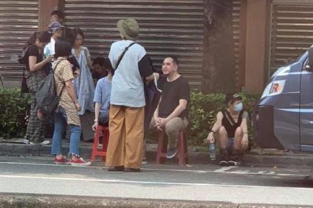 58岁黄秋生近照曝光,赴台湾拍戏,坐在路边休息无人识