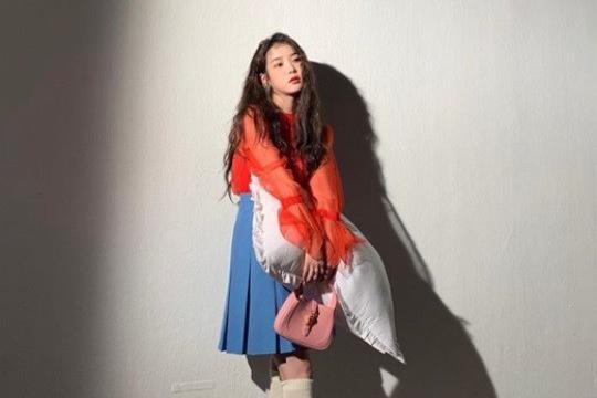 韩国女歌手IU社交网站发近照秀出众美貌