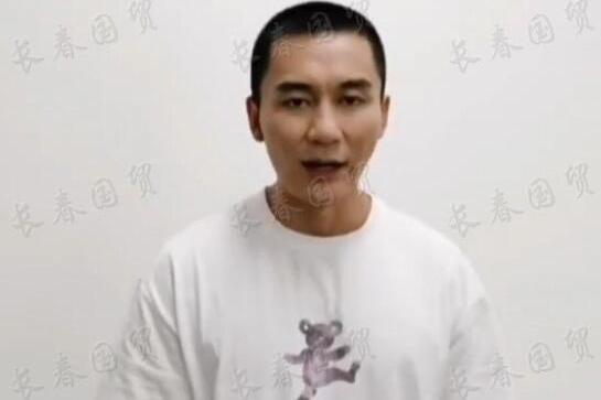 42岁李晨寸头造型出镜,面颊消瘦显憔悴