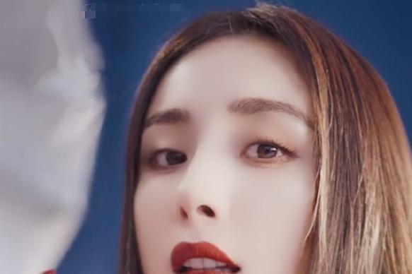 有种涂口红方式叫杨幂,看清她膏体扭出来多少:真怕下一秒摁断了