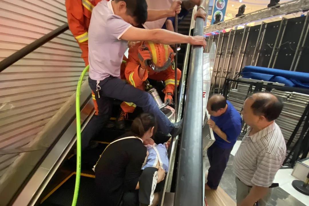 """惊险!自动扶梯""""咬住""""4岁男童 消防员紧急救援10分钟脱险"""