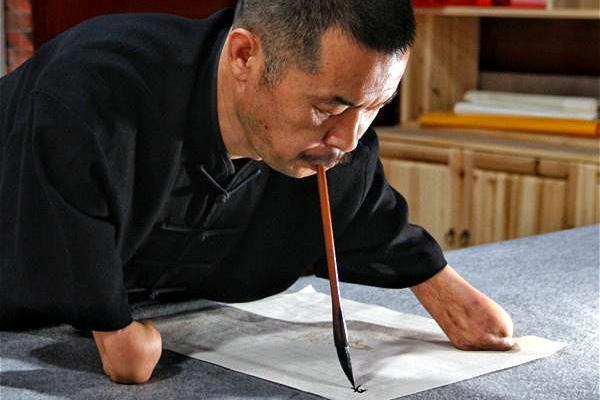 失去双臂又成孤儿,用嘴练书法40年,写了144万字小楷创下3大奇迹