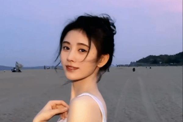 鞠婧祎被风吹动图引争议后,晒丸子头吹海风视频,力证颜值