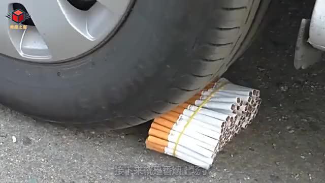 将一捆香烟放在车轮下,启动汽车会怎样?看完我赶紧把烟戒了!
