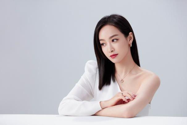 宋茜登某杂志封面,皮裙配白色美甲性感有型,气质飒爽魅力十足