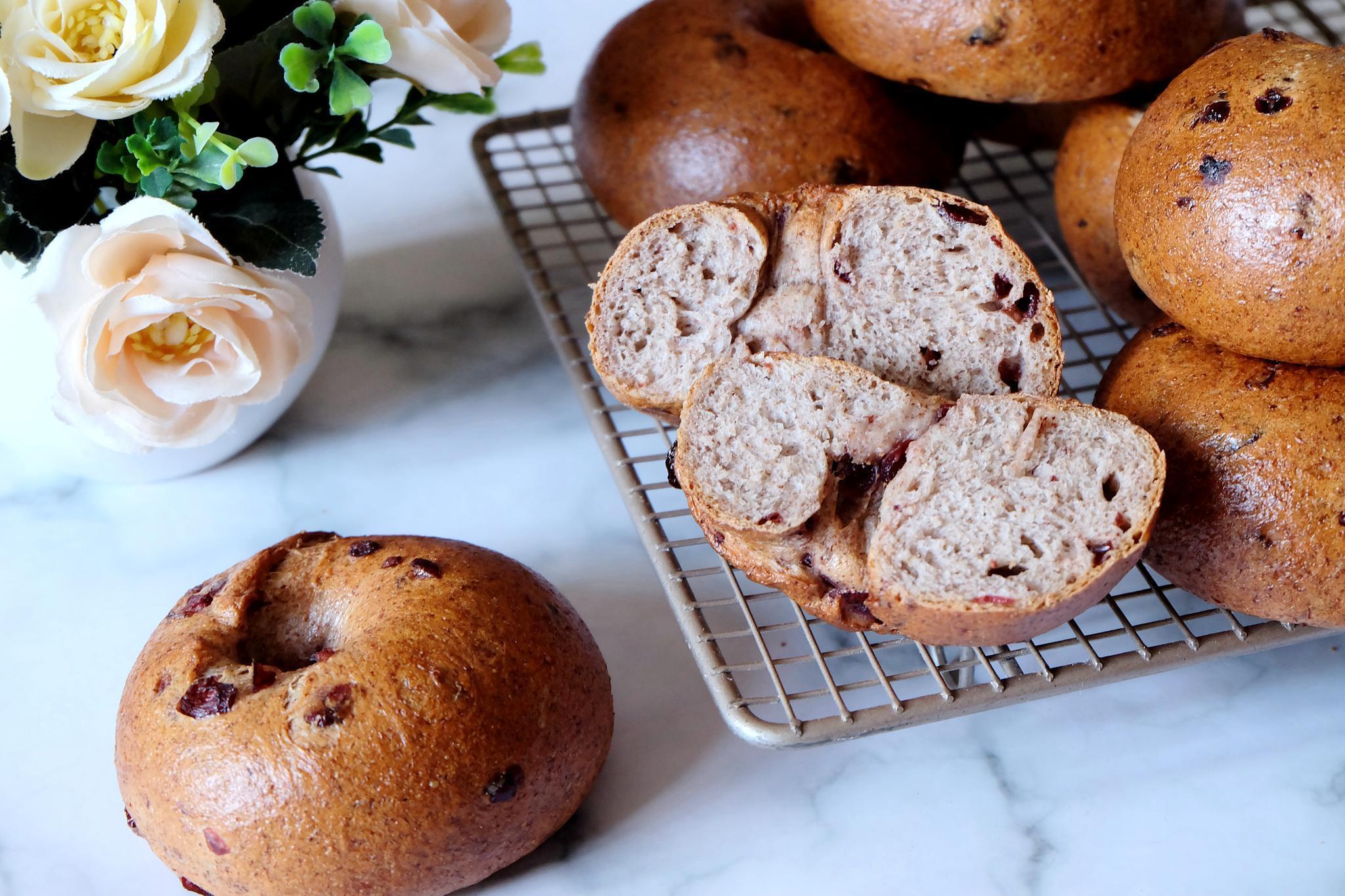 两种面粉搭配蔓越莓干,烤出8个好吃的贝果面包,低卡低糖味道好