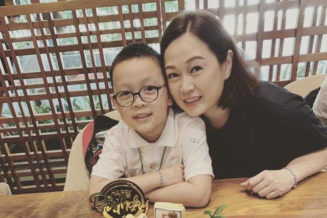 TVB艺人姚莹莹为儿子庆生幸福洋溢,9岁儿子心疼母亲学厨做饭