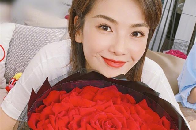 杨紫、乔欣为刘涛庆生,刘涛晒王子文送的玫瑰花,满脸幸福的模样