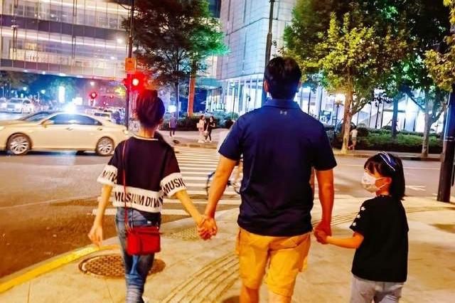 陆毅牵俩女儿散步鲍蕾在身后跟随,12岁贝儿已长大,差点被认成妈