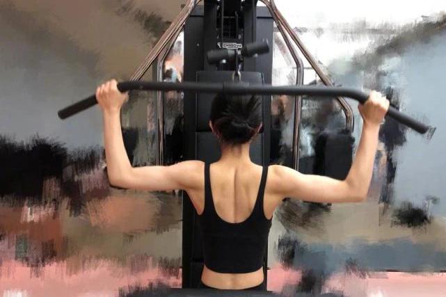 赵丽颖罕晒健身照练出肌肉,蝴蝶背小蛮腰抢镜,比生娃前还瘦!