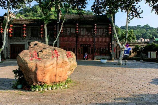 六朝时期形成的古渡口,已经辉煌了数千年,游古街古镇必去西津渡