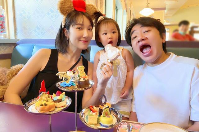 李亚男挺孕肚和王祖蓝带女儿游玩,天韵被爸妈轮流宠爱,一脸得意