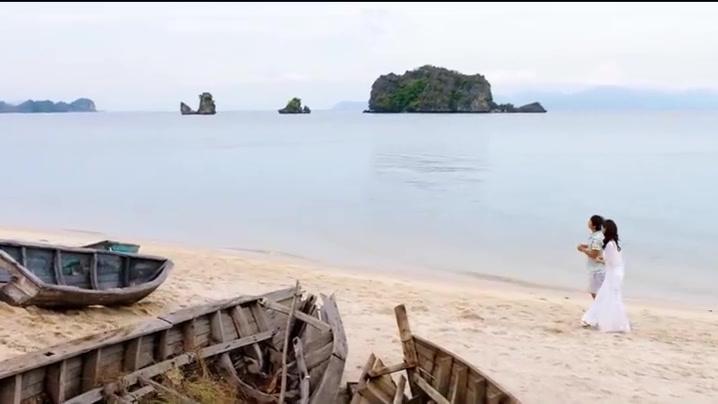莫妮卡来到黄沧海的秘密小屋,发现他只不过是一个幸苦的打工人