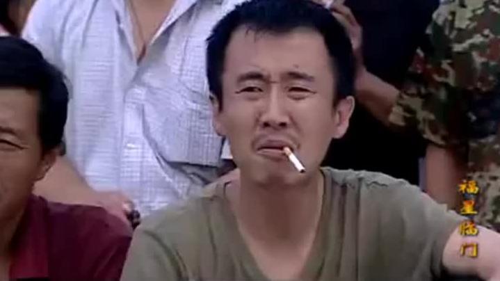 村里无奈惹怒小伙,气的小伙把爆炸塞进烟里递给无赖,下秒逗了