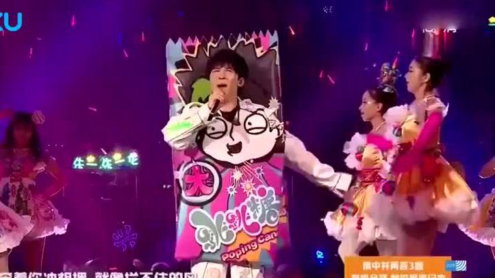 这绝对是大张伟在舞台上的人生巅峰,一群美女簇拥演唱,嗨翻了!