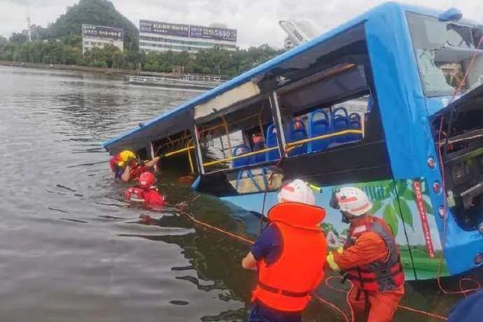 贵州公交坠湖事故反思:应不应该引进心理师补充职业道德教育不足