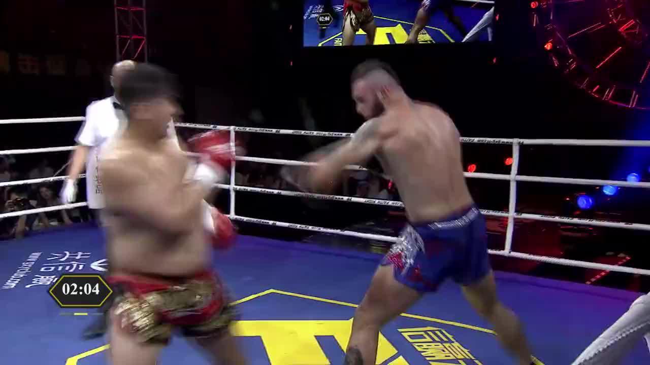 抗击打能力强!中国壮汉遭外国纹身男数次重击硬抗了