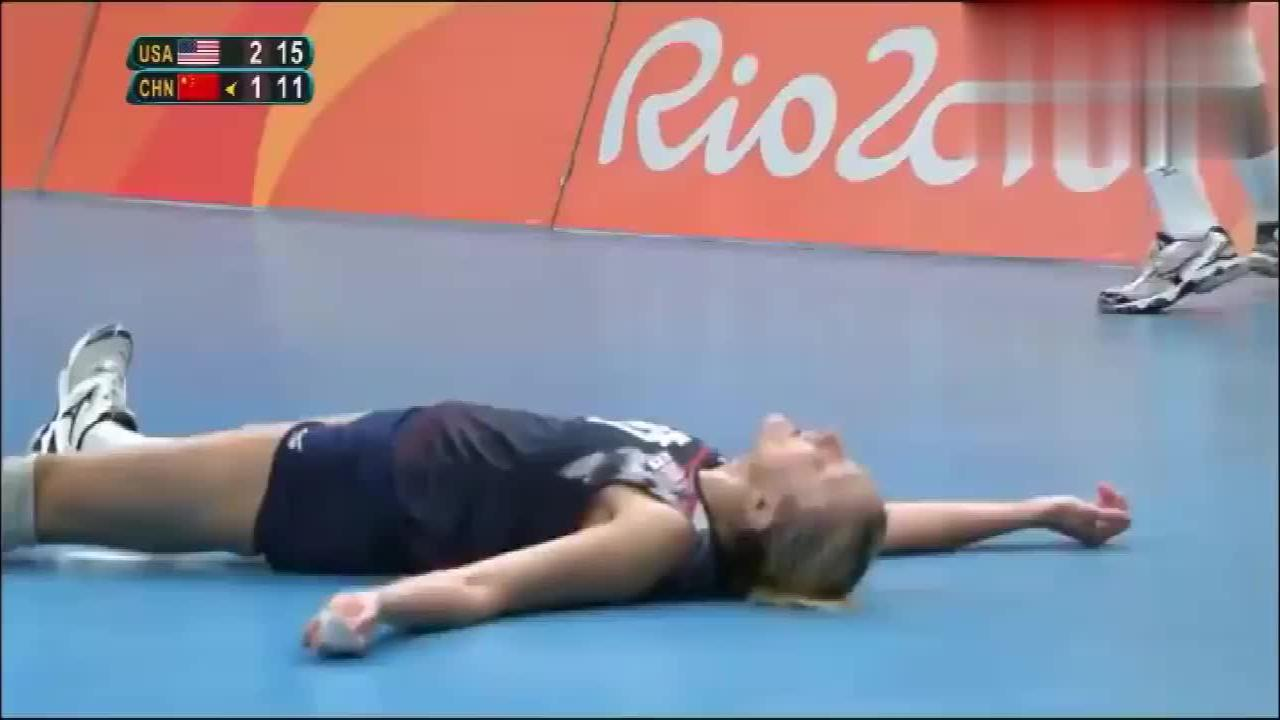 奥运中美大战,朱婷彻底打疯了,对手主帅一脸沮丧,只能暂停